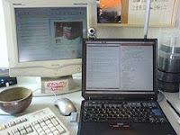 afbeelding van bureau met 2 laptops om te chatten en te skypen