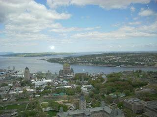 Desde el mirador, el Chateau y la ciudad fortificada de Quebec abajo