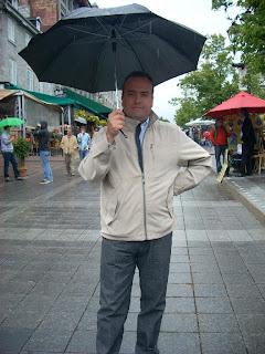 Con paraguas en la peatonal Place Jacques-Cartier