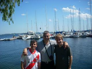 Buenos muchachos con el Lago Ontario de fondo
