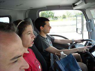 Adrian y Sole manejando el camión de la mudanza