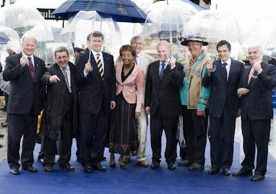 La honorable Michaelle Jean, a su izquierda Stephen Harper y la derecha el Premier de Québec Jean Charest