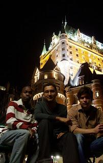 Los amigos con el Chateau Frontenac de fondo