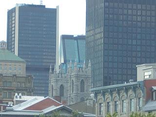 Entre edificios modernos las torres de la Basílica de Notre-Dame