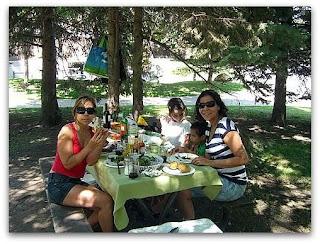 Moni, Claudia y los chicos a la mesa... también hubo choclo y papas asadas