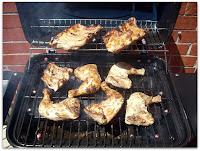Ah y a la parrilla a gas y al asado de pollo y cerdo