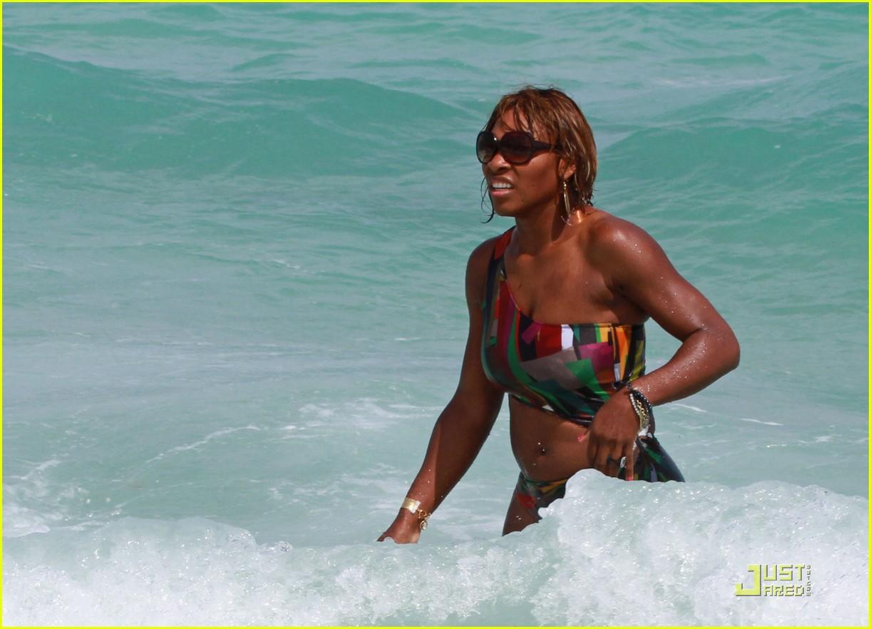 http://2.bp.blogspot.com/_bCh-gAJte7Y/S6yE0P2bLNI/AAAAAAAAFPY/5E4nxEokv20/s1600/Serena+Williams+Bikini+Beach+Pics+3.jpg