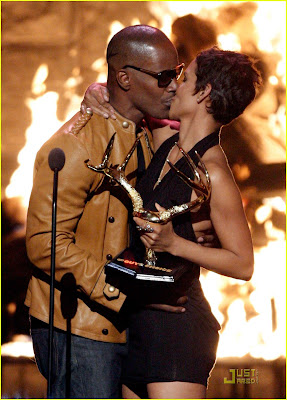 Halle Berry & Jamie Foxx Kissing photo