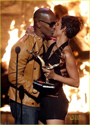 Halle Berry & Jamie Foxx Kissing photo