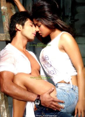Hot Romantic moment of Shahid Kapoor & Priyanka Chopra  2