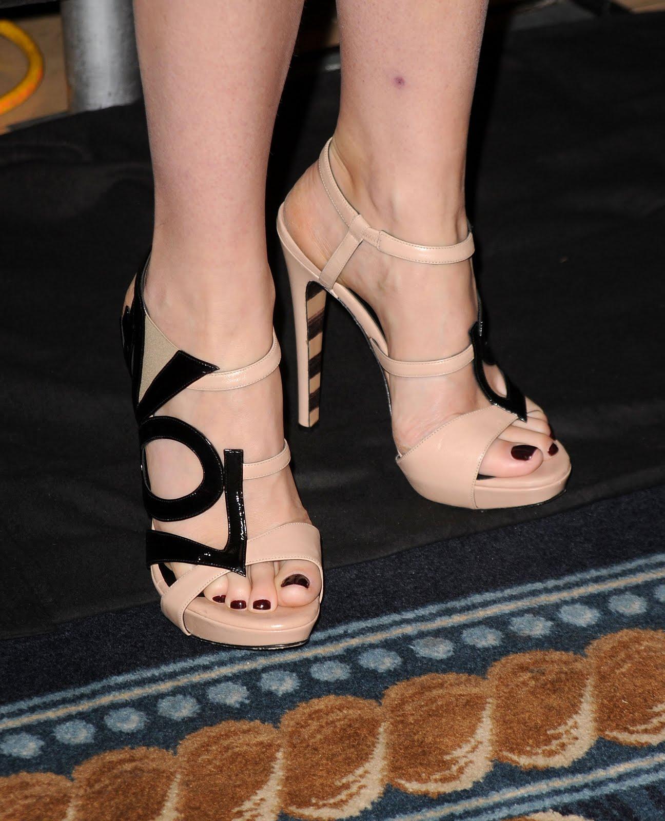 http://2.bp.blogspot.com/_bQ0SqifjNcg/TCWXfb29DWI/AAAAAAAAW00/Z3hfUN9HcGY/s1600/gwyneth-paltrow-feet-4.jpg