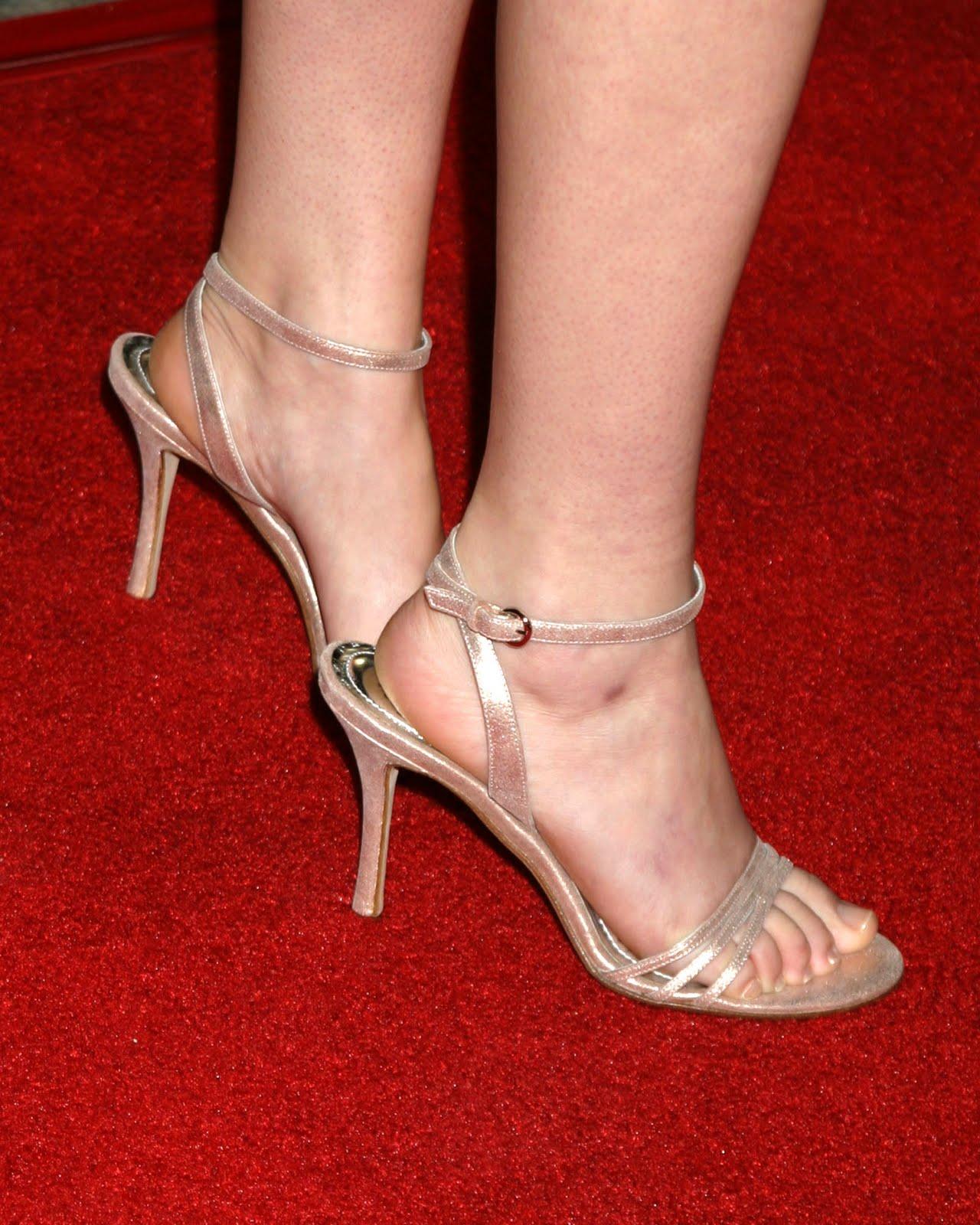 http://2.bp.blogspot.com/_bQ0SqifjNcg/TDVneY5R4sI/AAAAAAAAXpg/TB6C3Dgdyjk/s1600/laura-ramsey-feet.jpg