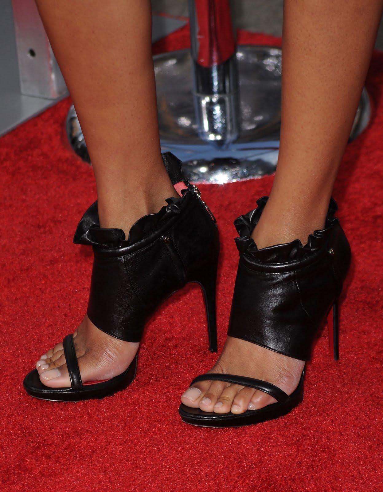 http://2.bp.blogspot.com/_bQ0SqifjNcg/TEaSCc88_0I/AAAAAAAAY3Q/Ns734H9bEx4/s1600/zoe-saldana-feet-4.jpg