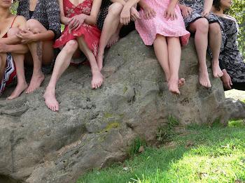 Mujeres al borde del rio