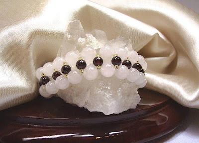 Pulseira entrelaçada de esferas lisas de Quartzo Rosa 8mm e Granada 6mm com miçangas douradas