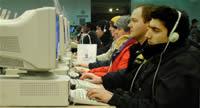 Pessoas usando computadores numa biblioteca