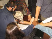 Pessoas com as mãos umas sobre as outras
