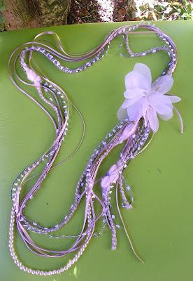 colar de fios de seda, cetim e lã