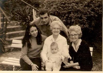 Mariazinha (mamãe), Isaac (papai), Mathilde (minha bisavó) comigo no colo, e Alzira (minha tia Zirota)