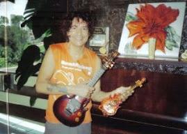 Luiz Caldas e a réplica de sua guitarra