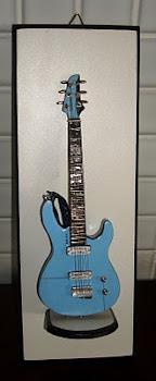 Quadro para parede com guitarra no pedestal