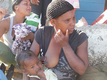 Madre del Tetero en Azua dando el seno.