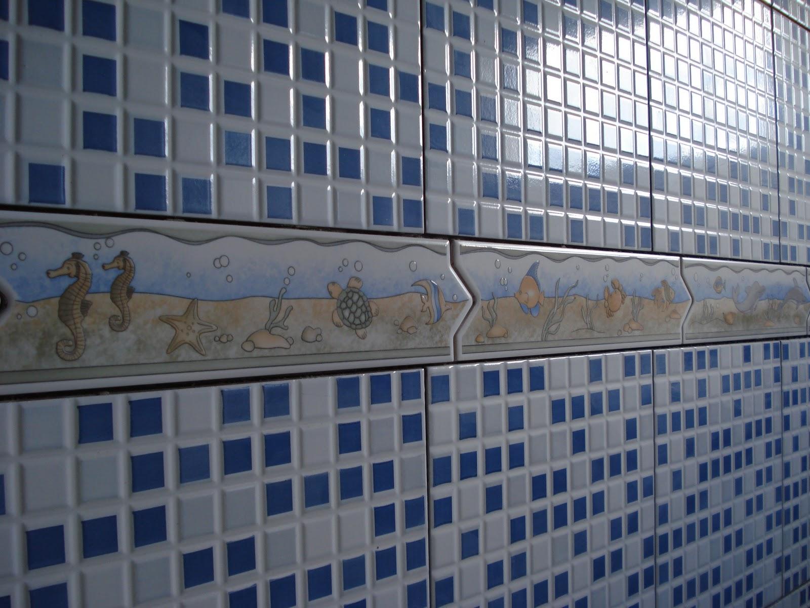 Perfeito Jardim !: A Casinha já tem azulejos ;) #344460 1600x1200 Banheiro Branco Com Rejunte Azul