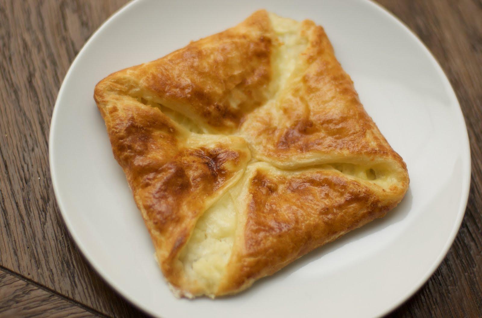 Хачапури с сыром из слоеного теста 2 фотография
