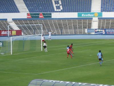João Paulo Oliveira uma fracção de segundo antes de assinar mais um dos seus três golos no encontro.