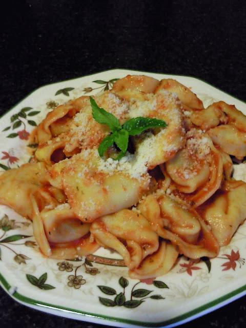 Articole culinare : TORTELLINI CU USTUROI / TORTELLINI AL AJO