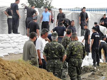 Nicolae Barbieru, in mijlocul jandarmilor, in actiunea de coordonare a constructiei digului