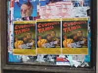 Više postera Čudovišta zalepljenih po gradu