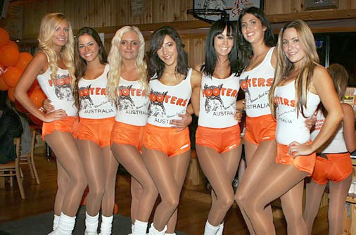 How much does a hooters girl make