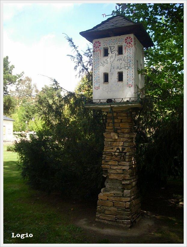 ... de belleza, columpios y peligros tenía una casita para pájaros