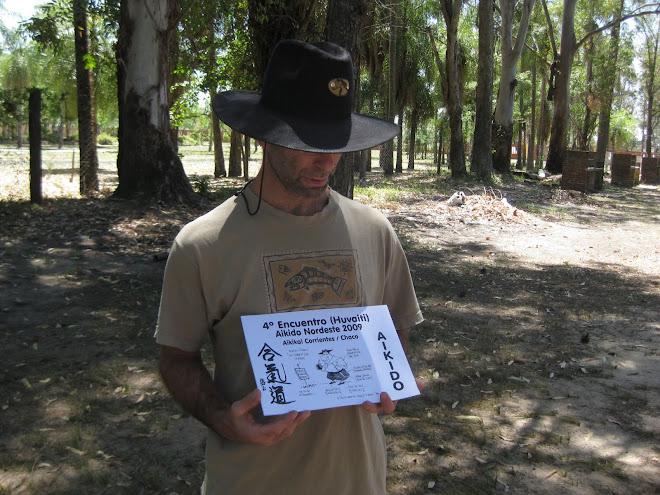 Sensei Stern exhibiendo diploma del 4º Encuentro
