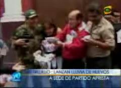 LLUVIA DE HUEVOS AL LOCAL DEL PARTIDO APRISTA