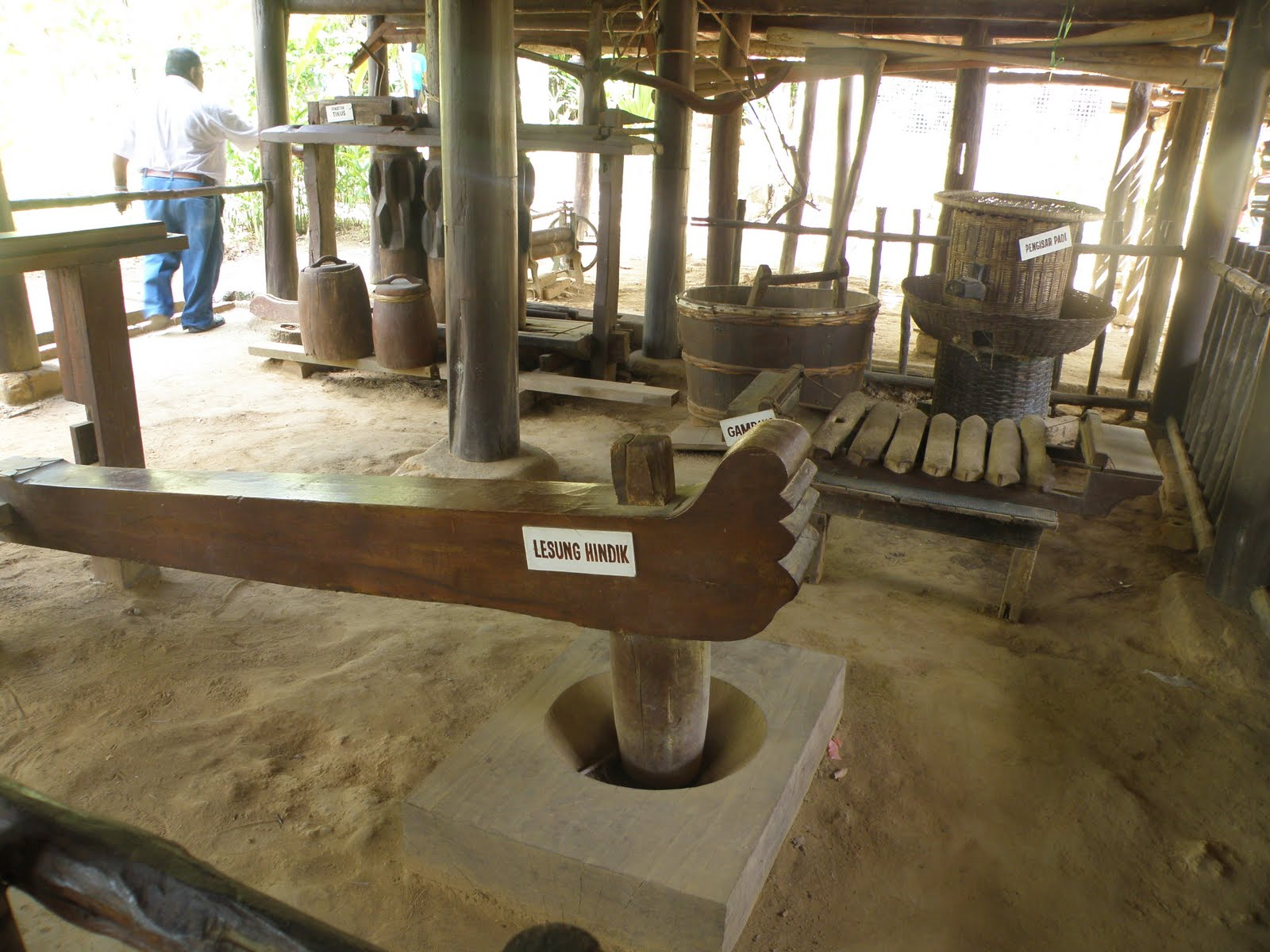 Pelbagai alat pertanian tradisional yang dipamerkan di bawah Rumah
