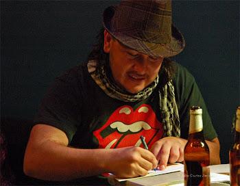 Escribiendo despues de recitar en la Jam de poesía de diablos azules.