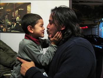 Fran y Julio a los besos.