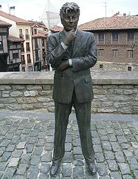 Estatua de Ken Follett en Vitoria-Gasteiz