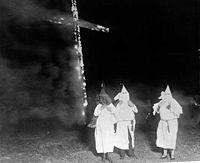 La cruz ardiente es uno de los símbolos del Ku Klux Klan