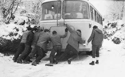 Baixada de Prades '10 - 31 de gener - Página 2 Aralar+empujando+autobus