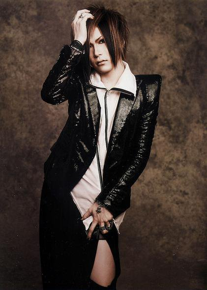 ehhh i love his hairstyle! he looks cute like this. Uruha.