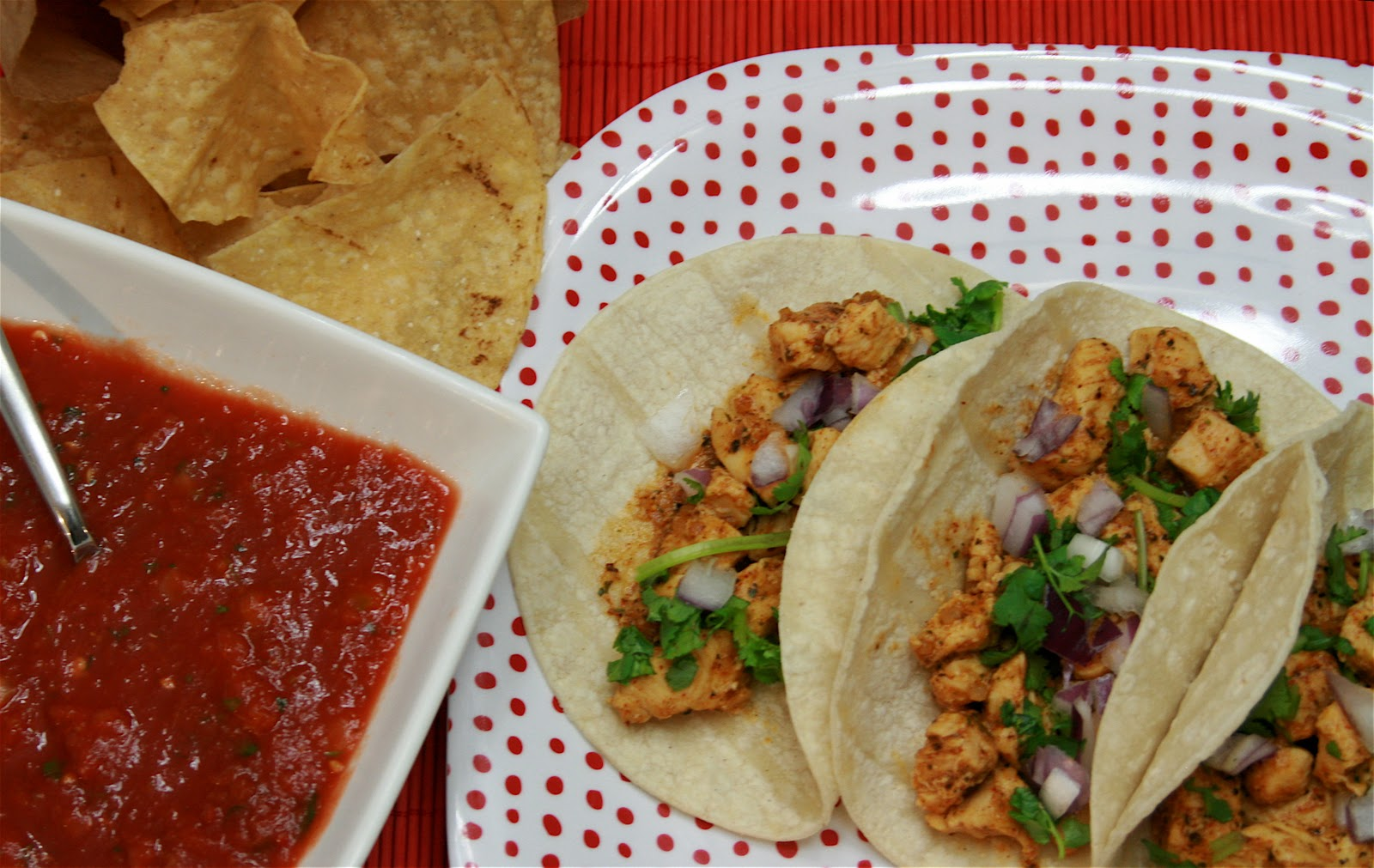 Simple Chicken Taco Recipe http://cookbakeanddecorate.blogspot.com ...