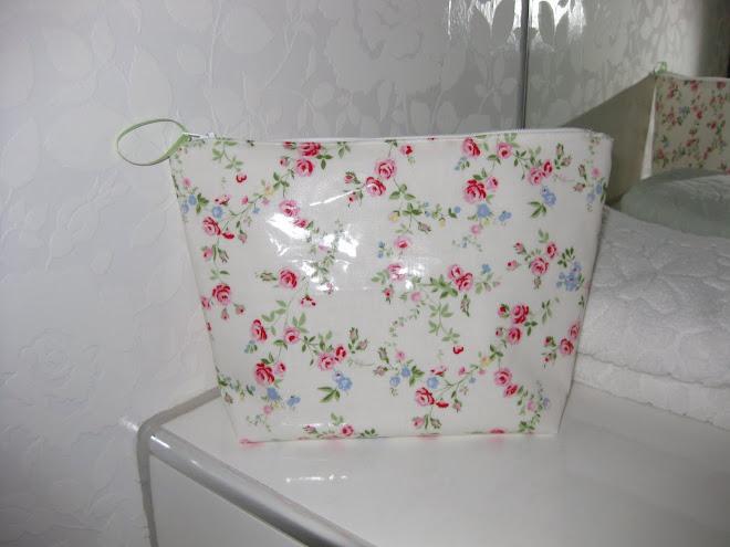 Blomstrete toalettmappe