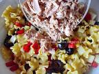 Salata de paste cu ton si tzatziki preparare reteta - adaugam carnea maruntita de peste
