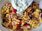 Salata de paste cu ton si tzatziki preparare reteta - amestecam sosul grecesc