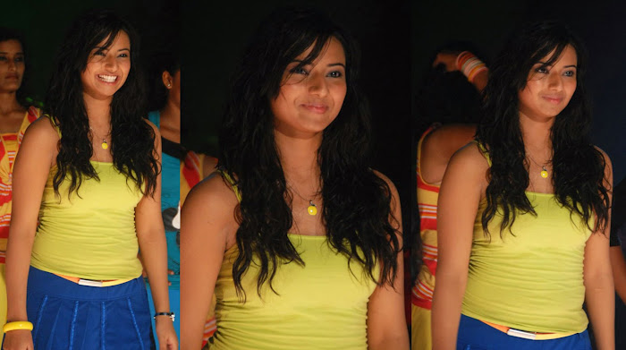 tollywood isha chawla new n romantic looking
