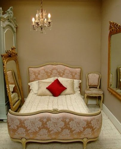 [french-antique-bed-room.jpg]