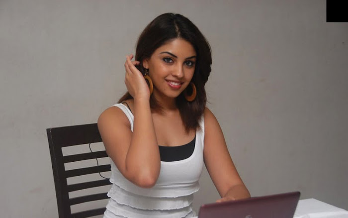 Richa Gangopadhyay In Tight Dress Wallpapers hot images